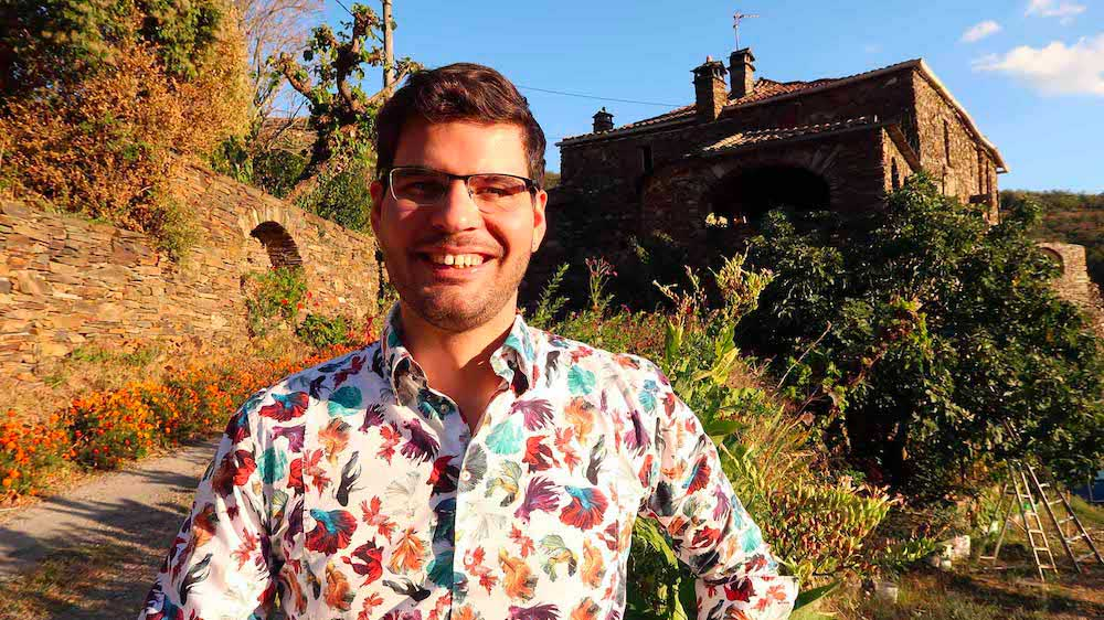 David Levesque, à Valbonne (Cévennes) - En arrière plan, la maison familiale où j'ai grandi